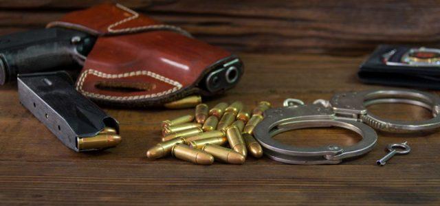 Kölcsönvette rendőr barátja jelvényét és fegyverét, hogy ingyen ételt kapjon