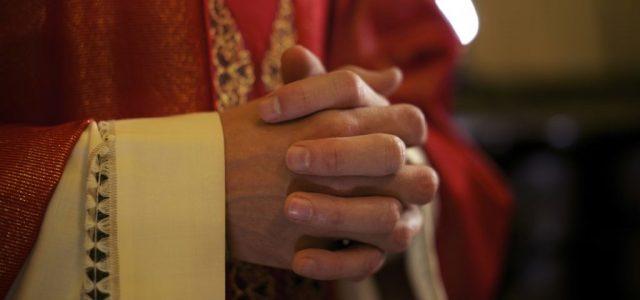 Olyat csinált egy nővel az 59 éves püspök, hogy azonnal le kellett mondania