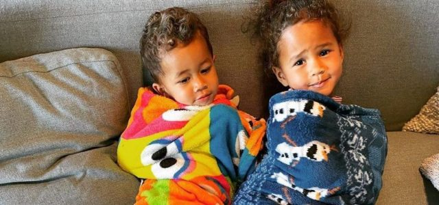 Chrissy Teigen és John Legend gyerekei olyanok ezen a képen, mint két kis burrito
