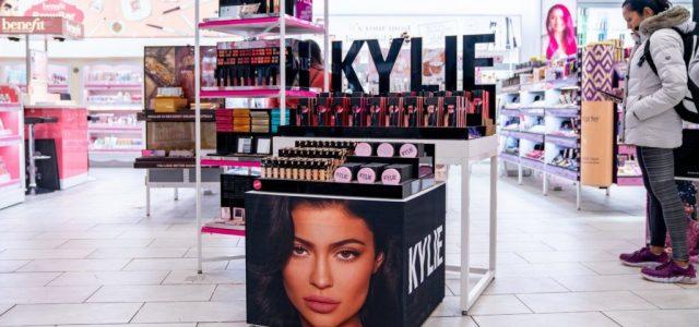Kylie Jenner kozmetikai cége posztolta, hogy az alkalmazottak milyen bőrszínűek