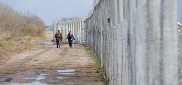 """A rendőrség szerint egy ásó ember feje bukkant ki a mórahalmi """"migránsalagútból"""""""