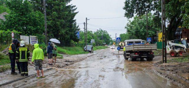 Földcsuszamlás miatt lezártak egy főutat Üröm és Solymár között