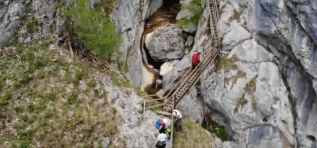 50 méter magasból zuhant a szikla a túrázókra a Medve-szurdokban