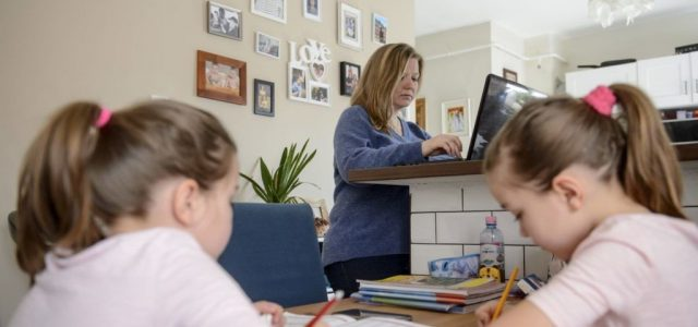 A munkavállalók negyede túlórázik, amikor otthonról dolgozik