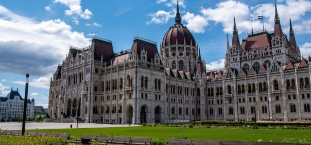 Rendkívüli ülésen dönt a parlament az uniós hitelfelvételről