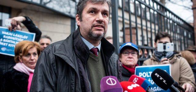 Hadházy Ákost azért is feljelentette a rendőrség, mert egy EU-s zászlót lógatott ki autójából