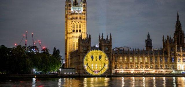 Szmájlit vetítettek a brit parlament oldalára