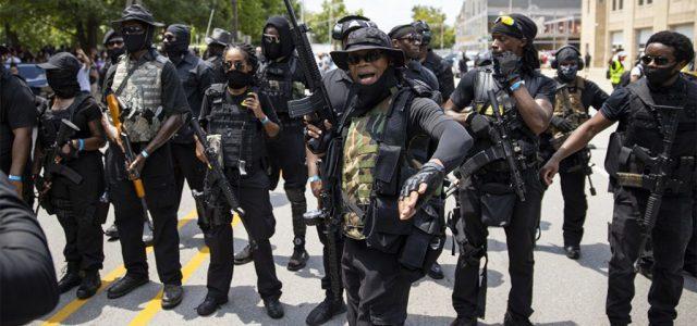 Állig felfegyverzett feketék jelentek meg az amerikai tüntetéseken