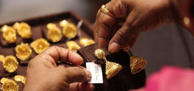 Történelmi csúcs: kétezer dollár felett az arany ára