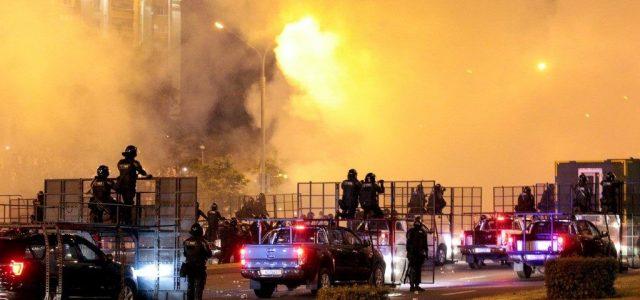 Minszk: hétfő este ismét összecsapott a rendőrség a tüntetőkkel