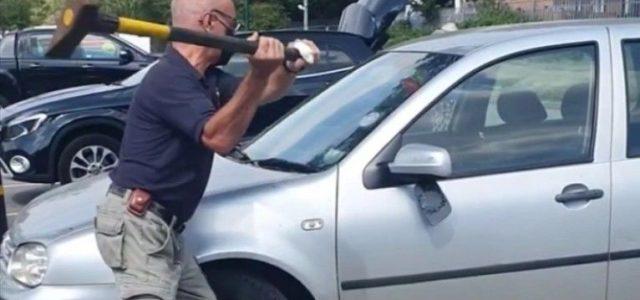 Baltával esett neki az autónak, hogy kiszabadítsa a forróságba bezárt kiskutyát