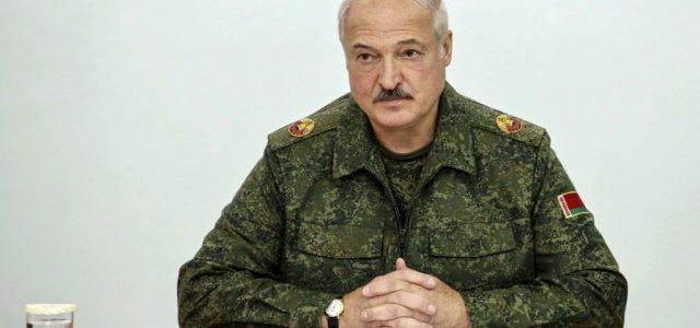 Géppuskával a kezében szállt ki helikopteréből Lukasenka