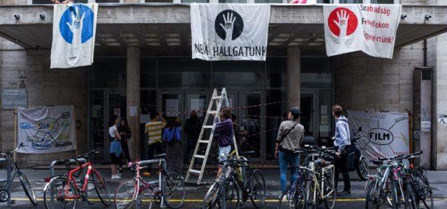 A szabad oktatásért és a szabad kultúráért tüntetnek pénteken az SZFE előtt