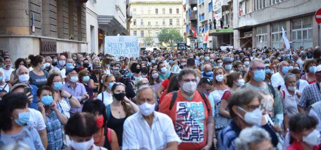"""""""Ébresztőt fújtatok a politikusoknak, hogy valódi áldozatot kell hozni"""" – ismét tüntetnek az SZFE-nél"""