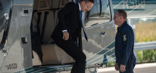 A jachtozás után helikopterezés miatt kell magyarázkodnia Szijjártónak