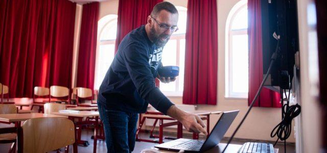 Ingyen internetet követel a tanároknak és a családoknak a DK