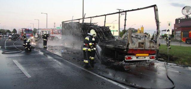 Kiégett egy kórházi ágyakat szállító kamion – fotók