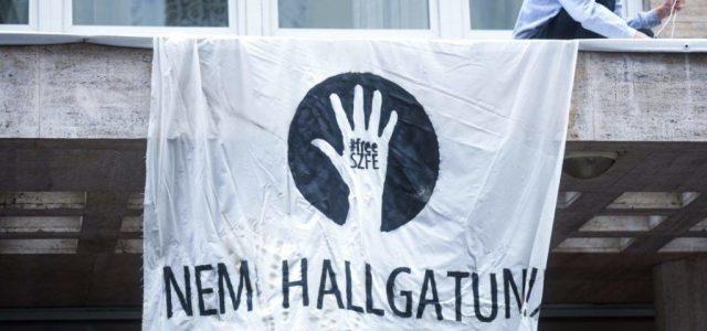 Nagy Ervin elcsukló hanggal, FREE SZFE pólóban vette át a Televíziós Újságírók Díját