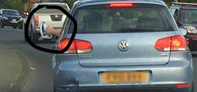 Elképesztő választ adott a rendőröknek az autós, aki egy vasalót lóbált ki az ablakon