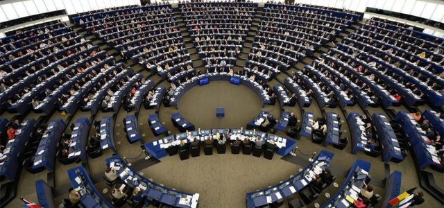 A koronavírus egy időre megszüntette az EU egyik legfeleslegesebb szokását