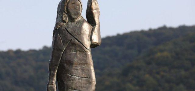 Emléket állítottak Melania Trump felgyújtott szobrának