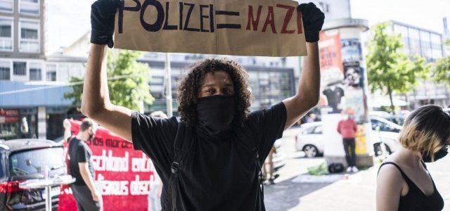 """""""A legocsmányabb neonáci uszítás"""" miatt függesztettek fel egy rakás német rendőrt"""