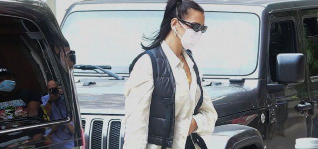 Felismeri szájmaszkban és napszemüvegben a nagyon híres énekesnőt?