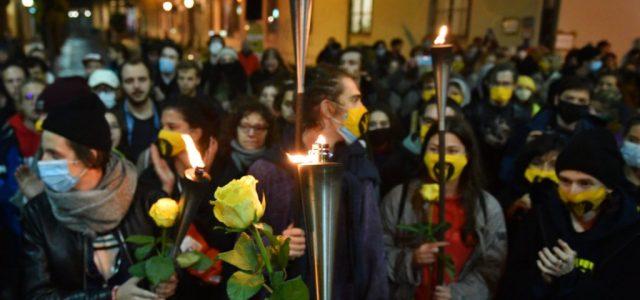 Virrasztás, fáklyás vonulás az SZFE-ért Budapest belvárosában