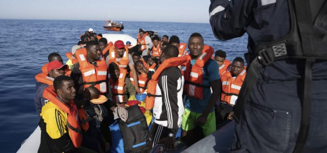 11-en meghaltak, amikor egy menekültekkel teli hajó elsüllyedt a Földközi-tengeren