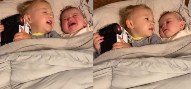 Elolvad az internet, ahogy a kétéves kisfiú megnyugtatja a síró, öt hónapos húgát
