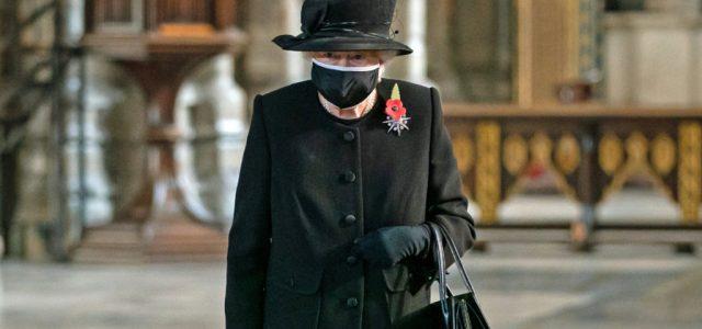 Először viselt maszkot Erzsébet királynő