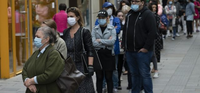 Százméteres sorok kígyónak az osztrák plázákban a bezárások hírére