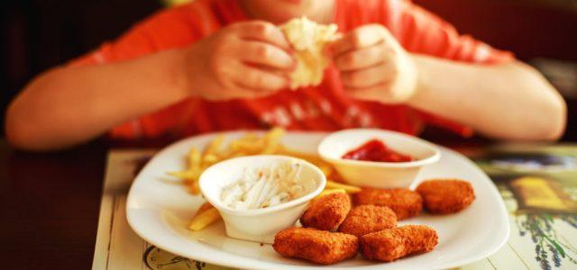 Horribilis öszeget követel a bébiszittertől egy nő, mert az húst adott enni a vegetáriánus gyerekeinek