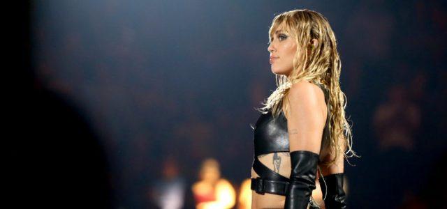 Miley Cyrus a karantén alatt dobta az absztinenciát, megint piához nyúlt