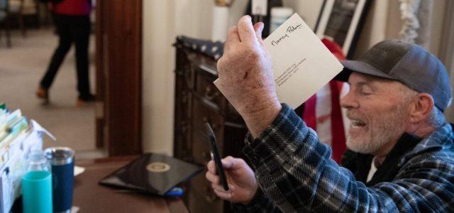 Őrizetbe vették a férfit, aki levelet lopott az amerikai házelnöktől