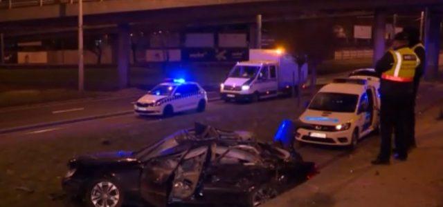 Több méter magasból a villamossínekre zuhant egy autó