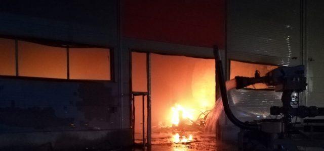 Megfékezték a tüzet a jászberényi üzemcsarnokban