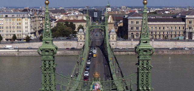 Felrobbantott híddarab és elsüllyedt uszály is fekszik a vízben a Szabadság híd alatt