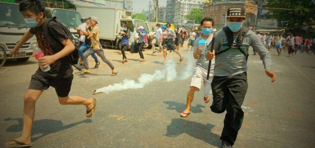A mianmari rendőrség tüzet nyitott a tüntetőkre, legalább 18 halott