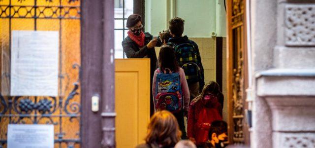 Emmi: Az általános iskolák kevesebb mint ötödében kellett bevezetni valamilyen korlátozást