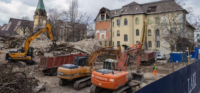 Szédítő tempóban bontják a Városligeti fasor menti egykori kórházépületeket