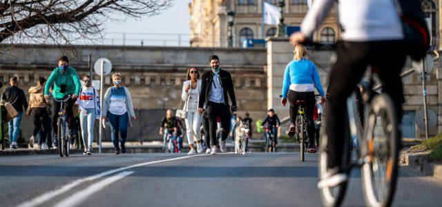 Elárasztották a gyalogosok és a biciklisek a rakpartot