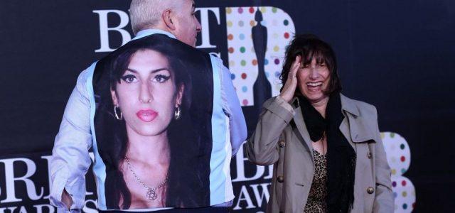 Mielőtt megkopnának az emlékei, Amy Winehouse anyja még mesél a lányáról