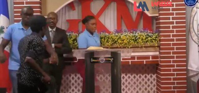 Videón, amint fegyveresek rabolnak el egy haiti lelkészt a húsvéti szertartásról